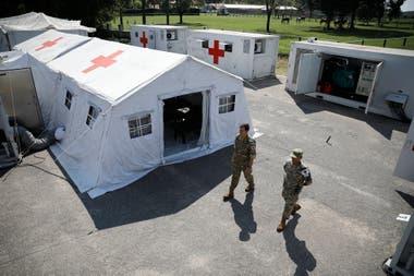 Las instalaciones cuentan con tiendas y containers sanitarios