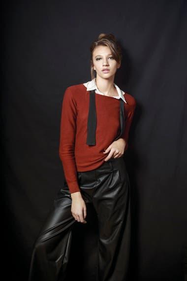 Camisa blanca de seda (Giesso), suéter color ladrillo de lana y pantalón palazzo de cuero negro (Mishka)