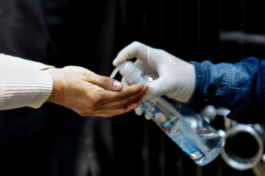 El coronavirus es vulnerable al jabón y al alcohol en gel; la correcta higiene de las manos resulta crucial