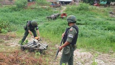 Un gendarme destruye unos tablones con una motosierra. Al poco tiempo, los paraguayos vuelven a reconstruirlo.