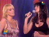 34) El canto, una de las pasiones de Sabatini. En la captura de TV, cantando junto con una de sus artistas más admiradas: Valeria Lynch.