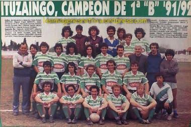 En Ituzaingó, abajo a la derecha, con el que logró el histórico ascenso al Nacional B. Arriba del Ruso, el Chulo Rivoira.