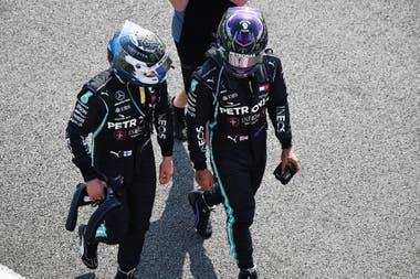Valtteri Bottas y Lewis Hamilton caminan sin descubrir una explicación; las espadas de Mercedes sufrieron con la temperatura de los neumáticos y fueron avasalladas por Max Verstappen
