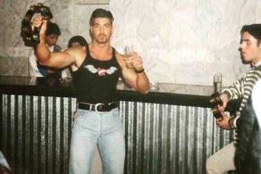 En las foto se lo puede ver a Ricardo Fort en un boliche