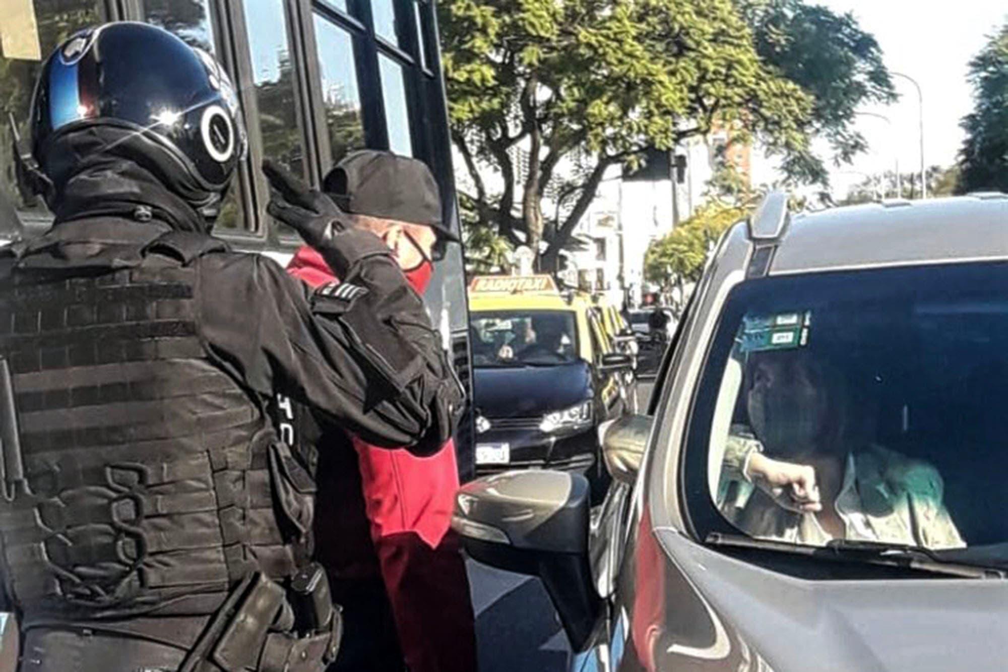 Marcha 17A: un policía le hizo la venia a Patricia Bullrich durante el banderazo