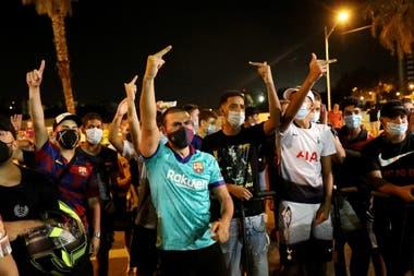 Protestas contra Bartomeu en la noche en la que Messi envió el burofax para salir del club