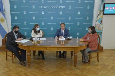 Suarez, durante la conferencia de prensa que compartió con sus ministros, en ellos, la titular de Cultura y Turismo, Mariana Juri, quien se encuentra internada.
