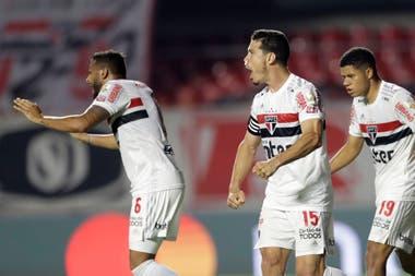San Pablo festeja el gol del empate definitivo, anotado por Angileri, en contra.