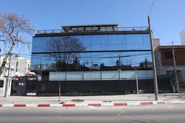 El edificio que compró Javier Mascherano en Uruguay hoy es ocupado por la embajada de Chile