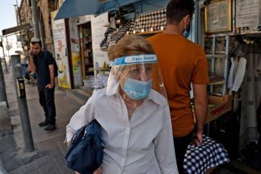 La gente camina por el mercado Mahane Yehuda en Jerusalén un día antes de la cuarentena