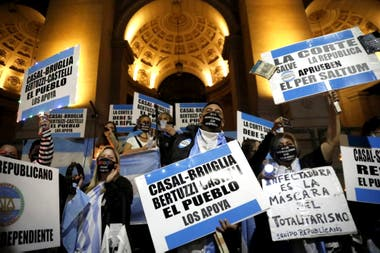 Una manifestación en apoyo a los jueces desplazados por el kirchnerismo, Bruglia, Bertuzzi y Castelli, tiene lugar esta noche frente a los Tribunales