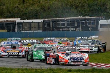 Mariano Werner (Ford) y Agustín Canapino (Chevrolet) en el inicio de la carrera final; el entrerriano finalizó tercero, mientras que el arrecifeño abandonó antes de completar el primer giro