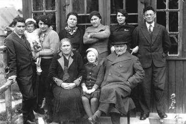 Imagen de las familias Kogan y Svirski tomadas por Yankl Levine; en brazos está Jánele, la cumpleañera de la foto principal