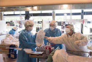 Al no poder realizar el IAR, Martina Viacava y Magdalena Houssay, estudiantes de sexto año de medicina de la Universidad Austral, se anotaron como voluntarias para ayudar a médicos y enfermeros en el Hospital Solidario Covid Austral