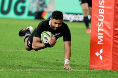 Richie Mounga de Nueva Zelanda cruza la línea para anotar el tercer try de su equipo durante la prueba de rugby de Bledisloe entre los All Blacks y los Wallabies