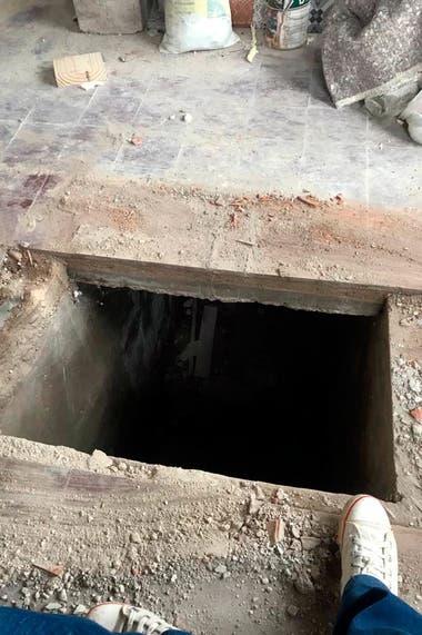 Este es el ingreso al pequeño sótano que estaba oculto bajo la mesa del living de la pequeña casa de El Remanso en Mar del Sud