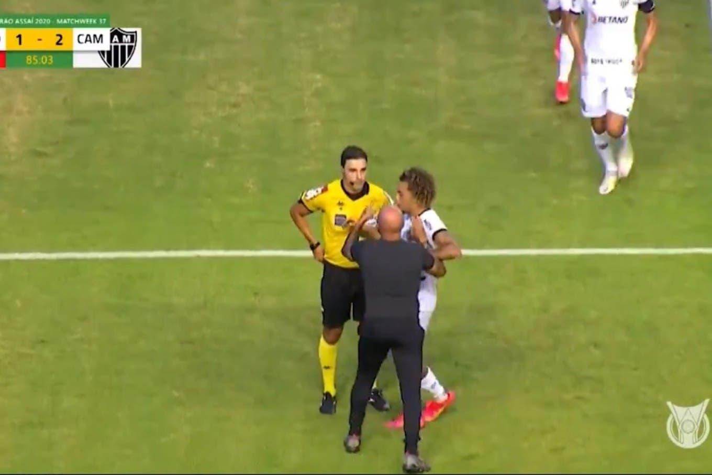 """Jorge Sampaoli: trató de """"ladrón"""" a un árbitro en Brasil, fue expulsado y terminó trepado del alambrado"""