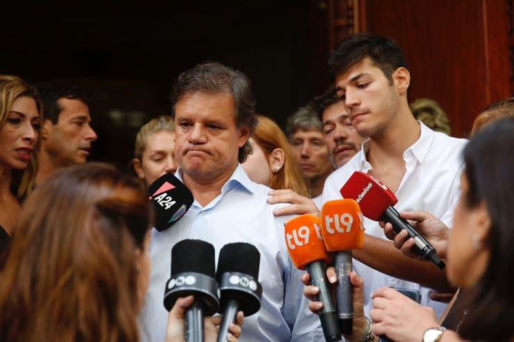 Momentos de profunda congoja se vivieron en la puerta de la Legislatura, luego de que Enrique Saco, pareja de la periodista, diera un breve discurso de agradecimiento por el apoyo recibido
