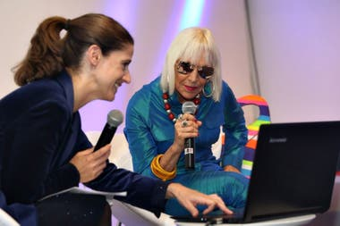 Marta Minujín junto a la periodista Celina Chatruc en la Feria del libro