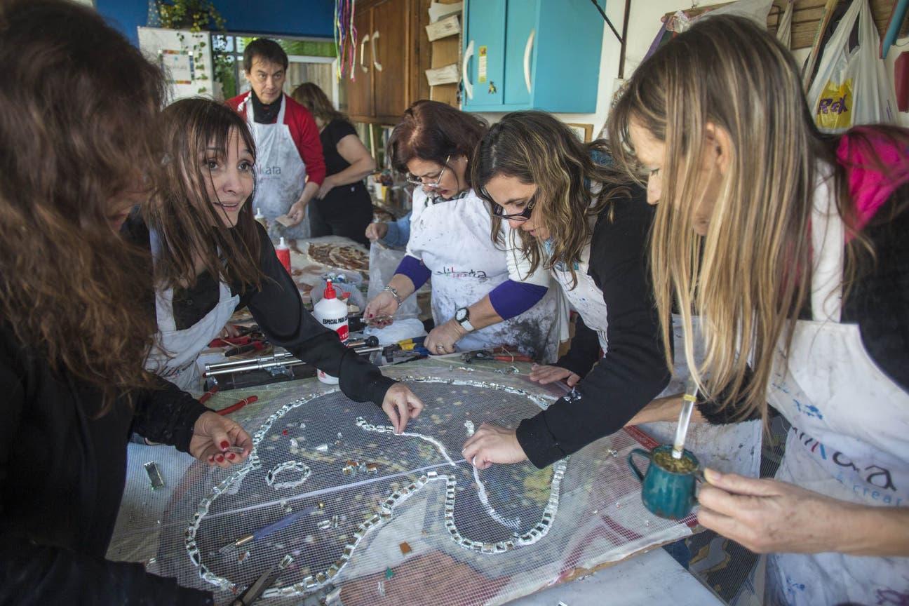 En el taller Alikata, preparan un mural para concientizar sobre el embarazo