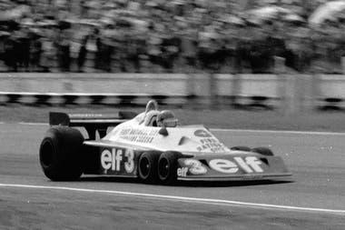 Ronnie Peterson con el coche que todos querían ver: el Tyrrell P34 de seis ruedas, que completó su única carrera en la Argentina en 1977