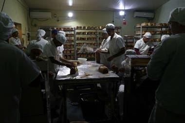 Reclusos trabajan en una panadería que emplea entre 50 y 60 personas.