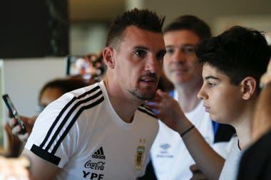 Franco Armani recibe el saludo de los hinchas, en la salida del equipo hacia Belo Horizonte