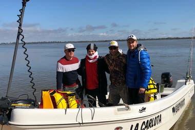 Rodrigo Mora con amigos, en una tarde de pesca