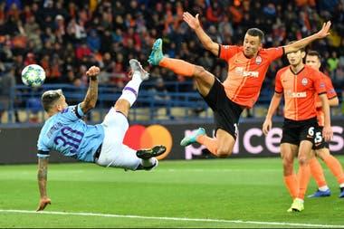 Duelo aéreo entre Otamendi y Junior Moraes; el argentino volvió a ser titular en el City de Guardiola