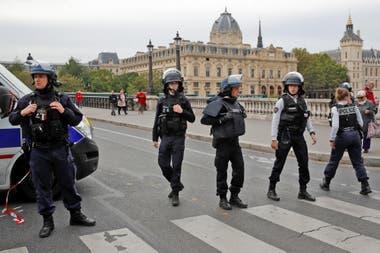 El hecho ocurrió en una sede policial frente a la catedral de Notre Dame