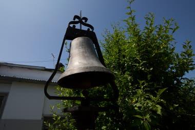 La antigua campana del cementerio de Flores. Los que trabajan en el corralón municipal no la hacen sonar por miedo a que el sonido despierte a los muertos