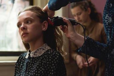 Una escena clave de la serie: cuando le cortan el pelo a Esty, antes de convertirse en una mujer casada y pasar a usar peluca