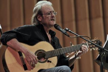 En esta imagen de archivo tomada el 10 de diciembre de 2008, el cantautor español Luis Eduardo Aute se presenta en el teatro Amadeo Roldan en La Habana durante un concierto para conmemorar el 60 aniversario de la Declaración Universal de los Derechos Humanos. - Aute murió el 4 de abril de 2020 en Es