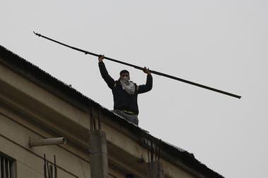 Un preso en el techo del penal