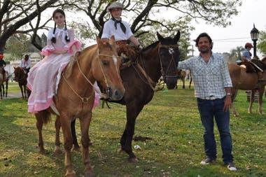 Mauricio Pineda con sus hijos Malena y Luca en Corrientes