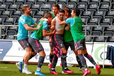 Sin respetar el distanciamiento social, todo Leeds abraza a Pablo Hernández en un grito de gol que puede valer el ascenso