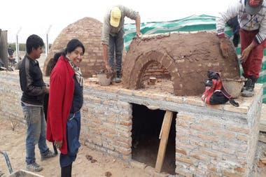 Barrientos, supervisando la construcción de unos hornos de barro