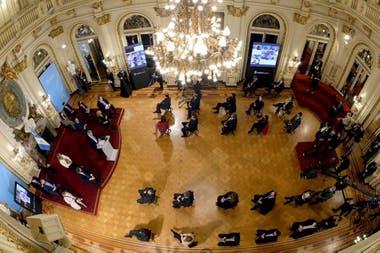 La pomposa presentación de la reforma judicial, en un Salón Blanco acondicionado para el distanciamiento social; una imagen llena de significados en una semana crítica para el Gobierno