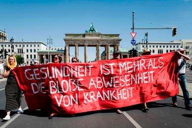 """Manifestantes en la Puerta de Brandenburgo de Berlín con el lema """"el fin de la pandemia, el día de la libertad"""", con el fin de protestar contra las medidas actuales para frenar la propagación del Covid-19"""