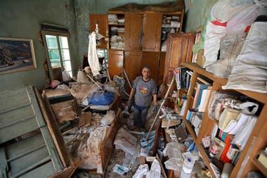 Naji Ghouma camina en medio de los escombros de su casa dañada en el barrio Gemmayze en la capital libanesa