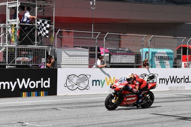 Andrea Dovizioso cruza la meta. El italiano ganó el GP de Austria un día después de que la escudería Ducati le anunciara que abandonará el equipo al final de la temporada