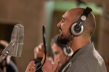 """Abel Pintos regrabó """"Cien años"""" el año pasado en una versión sinfónica en los Estudios ION"""