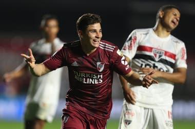 Álvarez sonríe después de su gol.