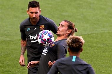 Entrenamiento del FC Barcelona - Estadio da Luz, Lisboa, Portugal - 13 de agosto de 2020 Antoine Griezmann y Lionel Messi del FC Barcelona durante el entrenamiento