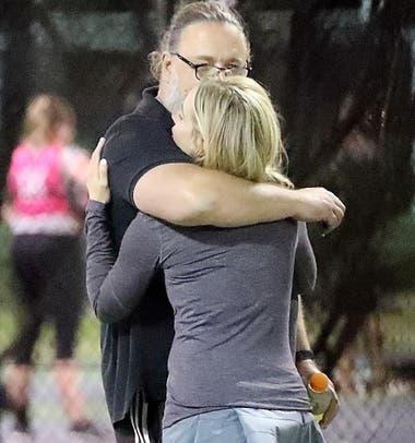 Russell Crowe fue visto a los abrazos con la actriz Britney Theriot