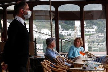 Comensales en un restaurante en Capri, Italia