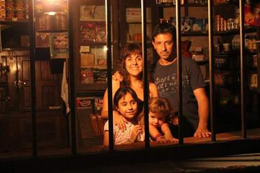 Pedro Toso y su familia en la pulpería que antes llevaron su padre y su tío, en Tapalqué