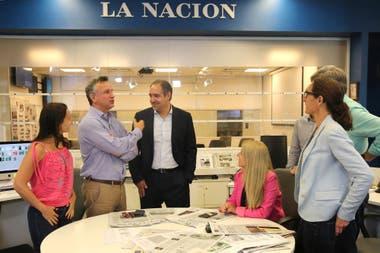 Fernán Saguier conversa con Diego Cabot y parte de la conducción de LA NACION durante la cobertura de los Cuadernos de las Coimas