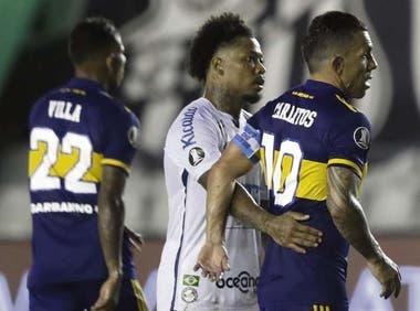 Un Tevez decepcionado recibe el saludo y consuelo de Marinho, la figura en la goleada de Santos