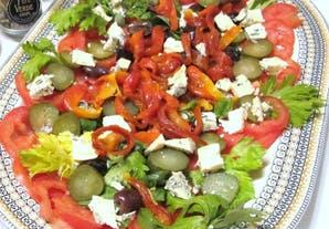 Ensalada con tomates, aceitunas negras y queso azul